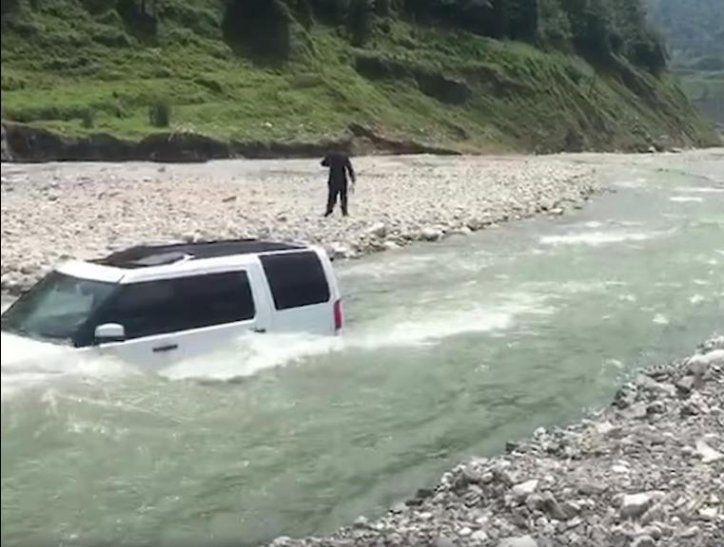 Hombre metió su camioneta al río para ahorrar en lavado