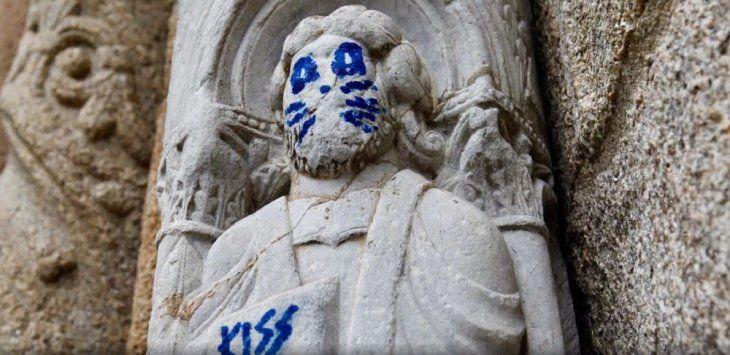 Pintan caras de Kiss en esculturas de catedral