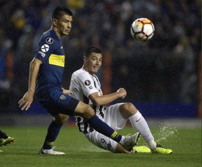 Tacuara Cardozo pelea por el balón con Paolo Goltz. El paraguayo no pudo pesar mucho en ataque.