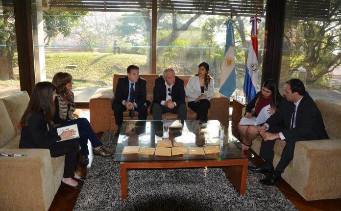 Momento de la entrega de los restos óseos a los especialistas argentinos