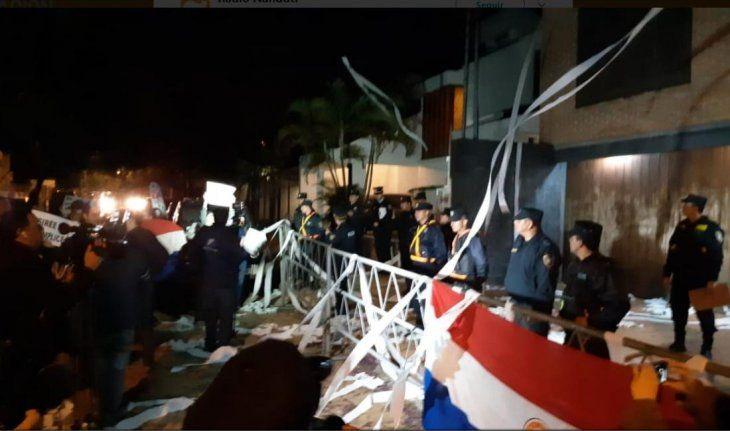 El escrache comenzó alrededor de las 19:00 (Foto: @UltimaHoracom).