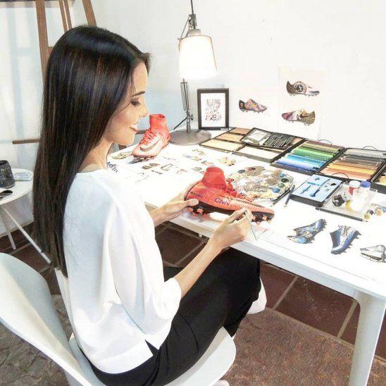 Una genia. Lili sigue asombrando al mundo con sus obras de arte en los botines