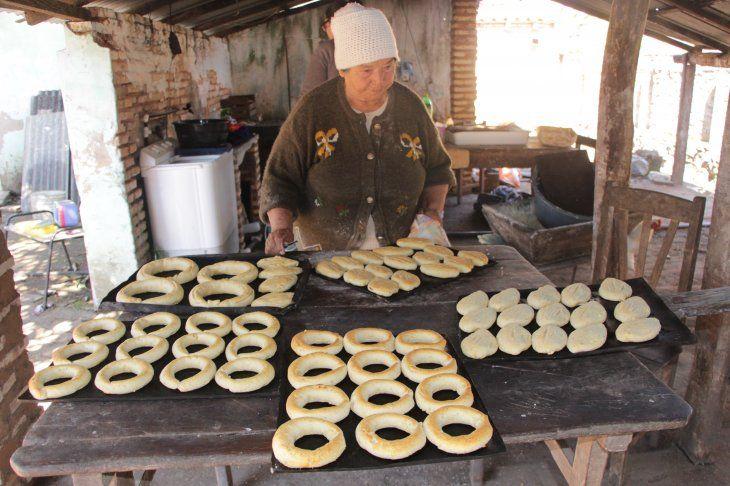 Ña Nena disfruta elaborar la chipa tal como le enseñó su mamá. Es una de las pocas que todavía prepara la masa del manjar de forma tradicional y que es cocinado al tatakuá.