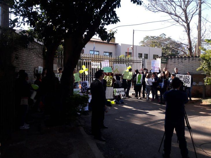 Padres y alumnos se manifestan contra directivos de la institución.