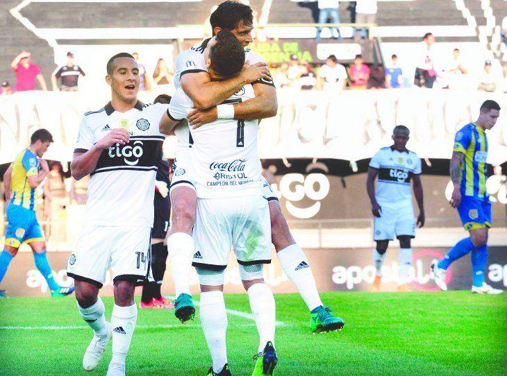 Roque Santa Cruz se trepa a los brazos de Néstor Camacho en el festejo de uno de los goles de Olimpia. El juvenil Fernando Cardozo se suma al grito sagrado. (Foto: APF).