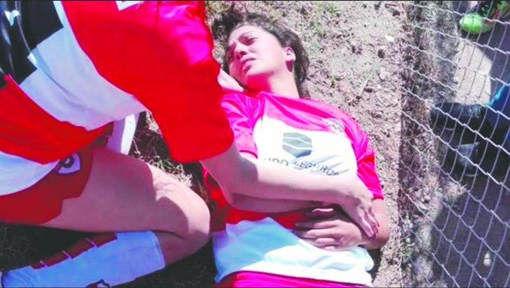 Lamentable. Una vez más la violencia se apodera de los recintos deportivos en Argentina. La semana pasada le derramaron agua a un futbolista juvenil en Realicó.