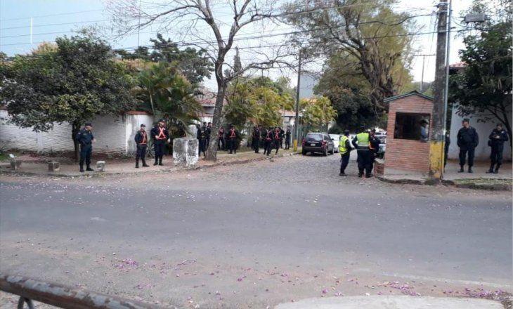 Efectivos policiales frente a la residencia de Mario Abdo Benítez.
