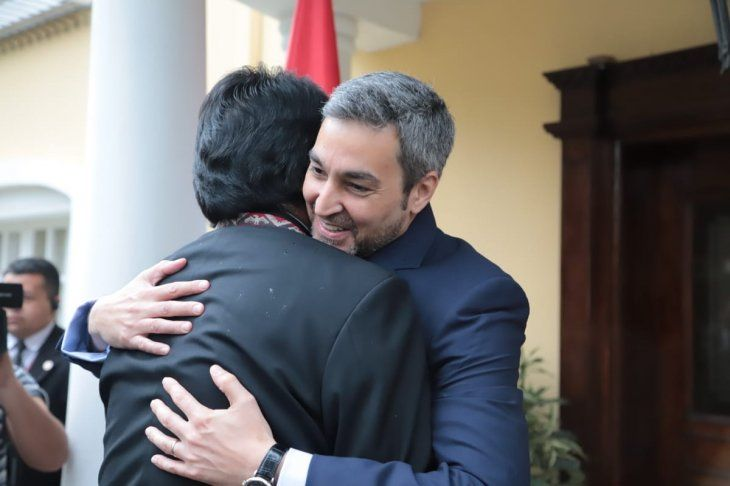 Abrazo faterno entre Mario Abdo Benítez y Evo Morales.