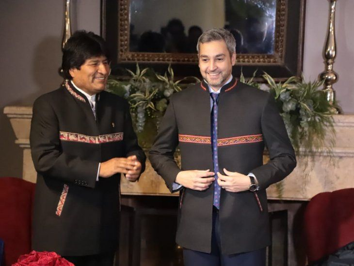 Mario Abdo Benítez posando con el traje de regalo por parte de Evo Morales.
