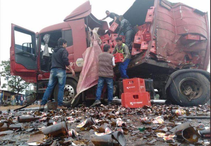 Trabajo de despeje de las cajas de cerveza que trasportaba el camión. Los vidrios rotos hicieron más lento la labor.