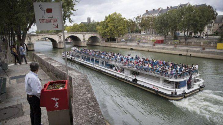 Turistas que pasean en barco