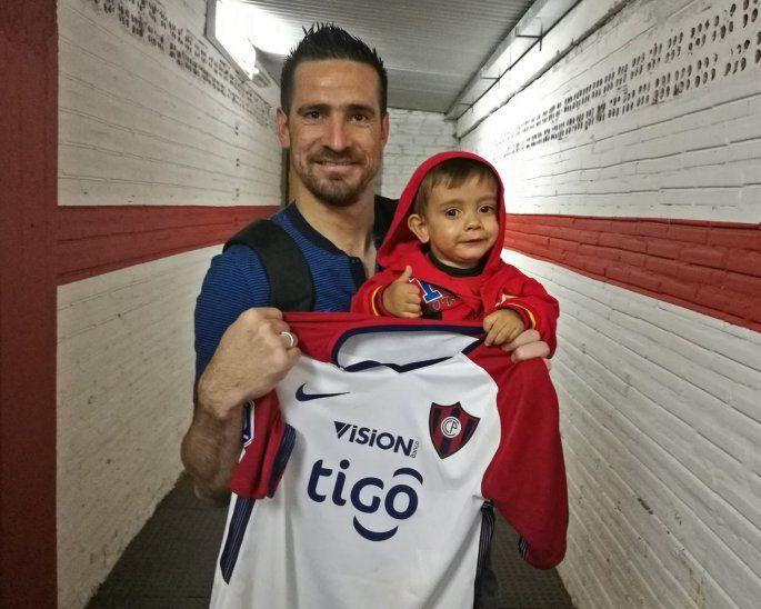 Brunito demostró que no solo conoce a jugadores de Olimpia. Estuvo muy feliz de encontrarse con Anthony (foto: @CCP1912oficial).