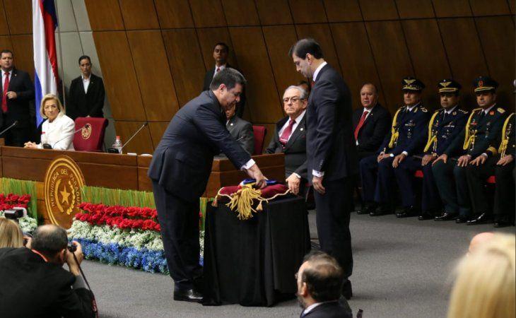 Hace minutos Horacio Cartes hizo entrega de los atributos y se convirtió en ex presidente de la República.