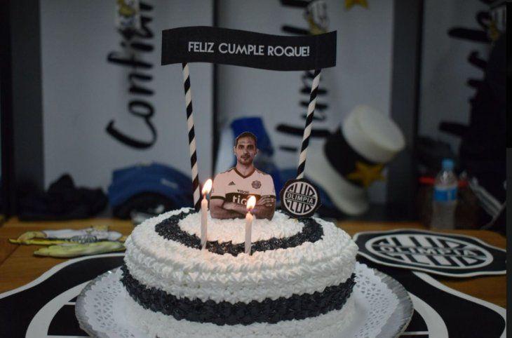 Roque festeja su cumple con sus compañeros de Olimpia