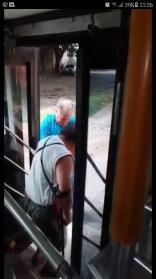 El micrero contó que siempre ayuda a sus pasajeros.