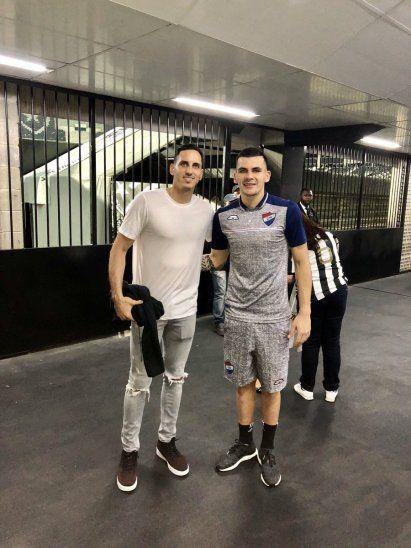 Santiago Rojas aprovechó su visita a Brasil para sacarse fotos con el portero del equipo rival