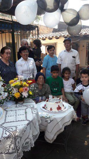 Una fanática franjeada festejó sus 104 años