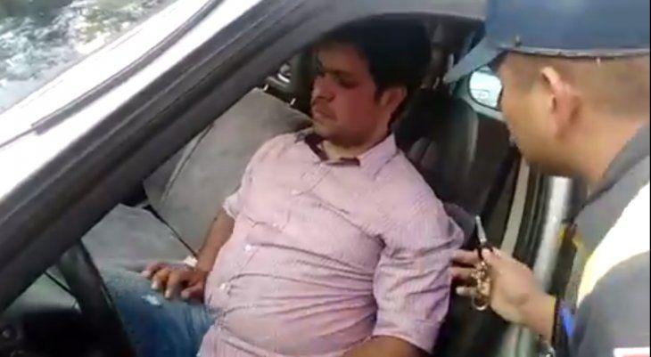 Uno de los agentes persuade al conductor para pasar al otro asiento