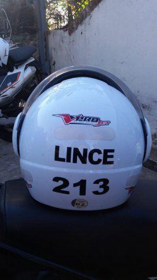 Cascos. Tienen el apellido del oficial y un número que representa a ese Lince.