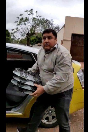 Filmó al taxista que le robó las tazas de su vehículo [Video]