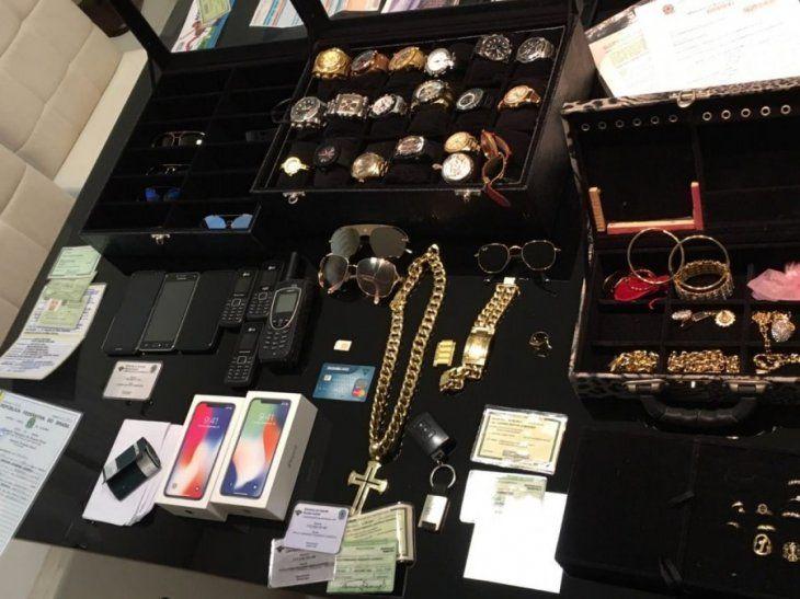 Parte de las joyas que ostentaba la pareja detenida. Foto: divulgación