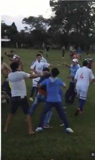 Los hinchas no aceptaron la derrota y sacaron la rabia contra los jugadores.