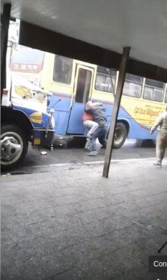 Usuarios separaron a los furiosos trabajadores del volante y los obligaron a que siguieran el via.
