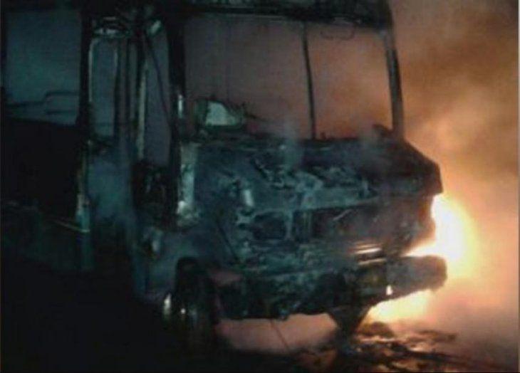 Las llamas destruyeron por completo la unidad de la empresa Ciudad Jardín (foto: CDE HOT).