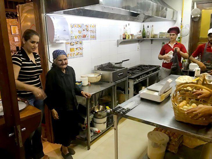 Abuelita viral coloca sus productos en conocido restaurant
