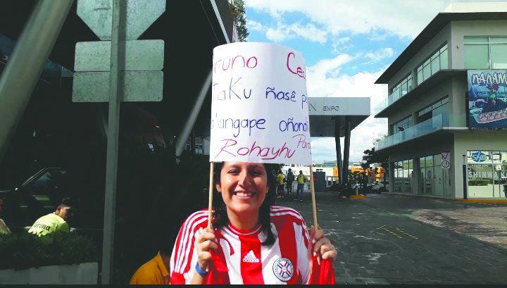 Orianna llegó hasta el hotel de concentración del América y sorprendió a los paraguayos.