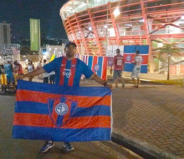 Alexsandro posó con la bandera del Ciclón en el Arena Fonte Nova.