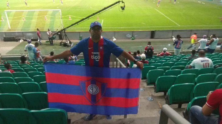 El brasileño con la bandera y la camiseta de Cerro Porteño en las gradas del estadio del Bahía.
