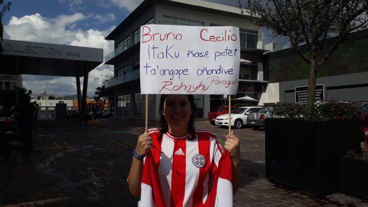 Orianna llegó hasta el hotel de concentración del América y sorprendió a los paraguayos. Foto: Medio Tiempo