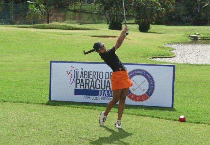 Tatiana se destaca en el golf y ganó un premio mundial en España.