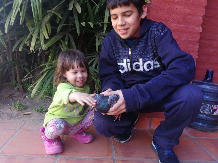 Pablito y Melisa posan encantados con el emplumado huésped de la casa