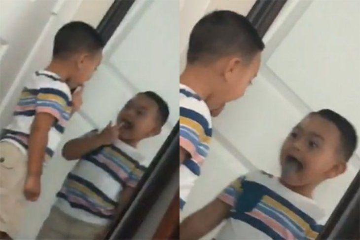 Niño se mira al espejo y su reflejo se mueve antes que él