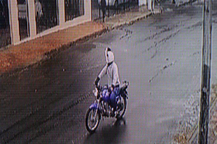 Circuito cerrado donde se lo observa huyendo tras un hecho ocurrido en el barrio San José de Villa Elisa. Allí se observa la moto