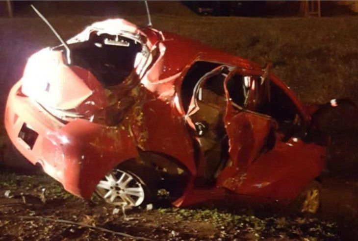 Destrozado: Así quedó el Toyota Vitz guiado por Alexander Rojas. Sus acompañantes grabaron el momento.