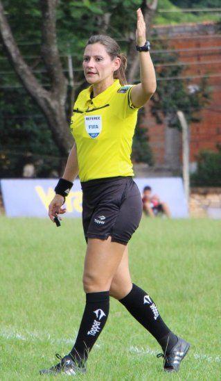 Valentía pura. Quiñónez será la primera mujer en arbitrar en la fase final de la Copa Paraguay.