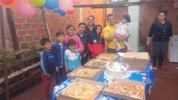 La familia de Jazmín se puso muy contenta al recibir a tanta gente que quería compartir y celebrar la vida con ellos.