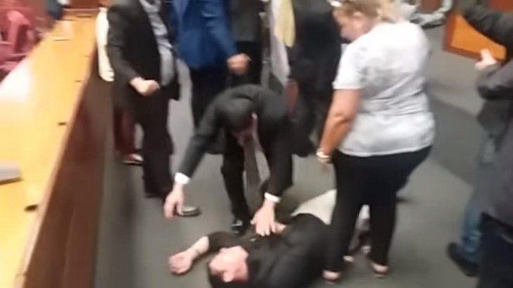 Un hombre se desmayó y parecía convulsionar en el suelo.