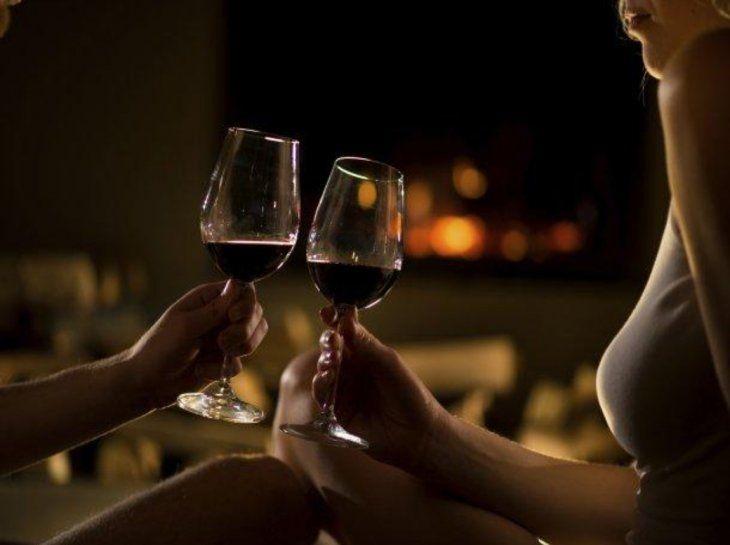 Entre vino y vino, una chica abusó de su amiga