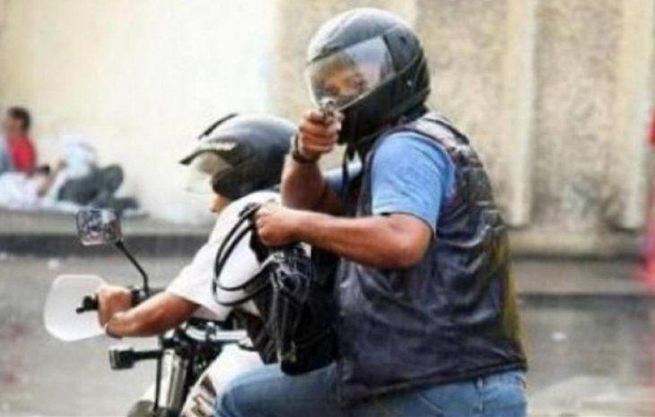Prohibirían circular de a dos en moto para evitar asaltos