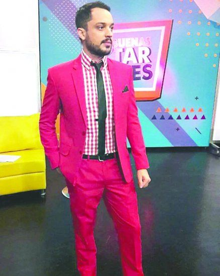Fachero. Carlos alienta a los varones a animarse a utilizar prendas coloridas. Asegura que pueden tener un look único.