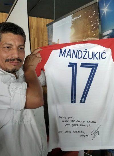 Cortez recibió como regalo una camiseta autografiada de Mario Mandzukic