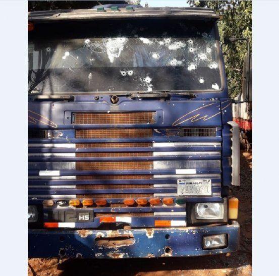 Así quedó el camión tras el tiroteo donde falleció el presunto asesino del policía antinarcótico.