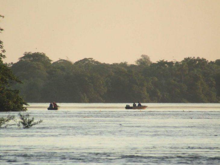Dos adolescentes siguen desaparecidos. Los otros cinco lograron nadar hasta la costa.