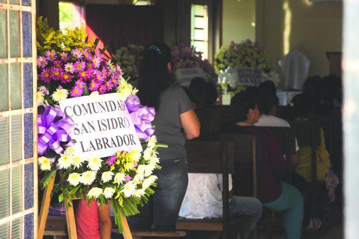 Toda la comunidad esperó por horas la llegada de los cuerpos en el oratorio San Isidro.