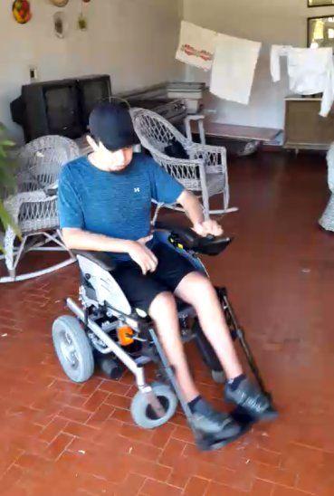 Marcelo fue hasta la casa de la familia que ofrece la silla de ruedas y la probó. Tiene la ilusión de comprarla.