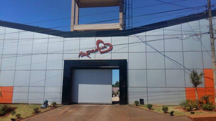 Motel de la competencia usa a Cucho para hacer promociones